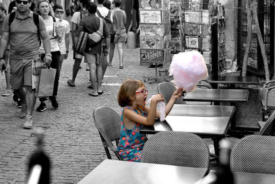_DSC9369-Carcassonne-(fr)-meisje-met-suikerspin-zw-kl